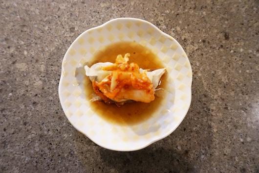 「餃子の丸岡」キムチのせ